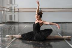 Posin femminile del ballerino di balletto sulla ripetizione Immagine Stock