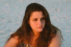 Posing di modello femminile castana dai capelli riccio lungo attraente e sorridere per la macchina fotografica fuori fotografia stock libera da diritti