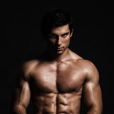 Posing di modello senza camicia bello Fotografie Stock Libere da Diritti