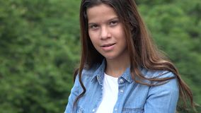Posing modèle féminin de l'adolescence sûr photos stock
