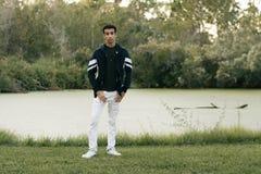 Posing modelo adolescente árabe joven en naturaleza en el parque Imagen de archivo