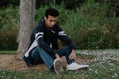 Posing modelo adolescente árabe joven en naturaleza en el parque Foto de archivo