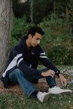 Posing modelo adolescente árabe joven en naturaleza en el parque Fotografía de archivo libre de regalías