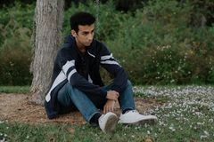 Posing modelo adolescente árabe joven en naturaleza en el parque Fotos de archivo libres de regalías
