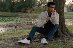 Posing modelo adolescente árabe joven en naturaleza en el parque Imagen de archivo libre de regalías