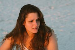 Posing modelo femenino moreno cabelludo rizado largo atractivo y sonrisa para la cámara afuera Imagen de archivo