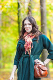 Posing modelo moreno femenino caucásico elegante en Autumn Forest Fotos de archivo libres de regalías