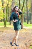 Posing modelo moreno femenino caucásico en Autumn Forest y smil Imágenes de archivo libres de regalías