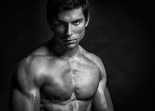 Posing modèle sans chemise beau Photos stock