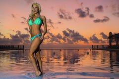 Posing Outdoors di modello biondo adorabile Fotografie Stock Libere da Diritti