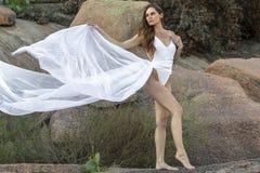 Posing Outdoors modelo moreno bonito imagens de stock royalty free