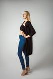 Posing On White för modell för högt mode bakgrund arkivfoton