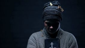 Posiniaczona bezdomna mienie biblia, modlenie dla pomocy, mie?_nadzieja dla lepszy ?ycia, wiara obraz royalty free