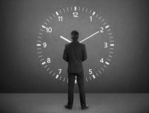 Posição e tempos do homem de negócios Imagens de Stock Royalty Free