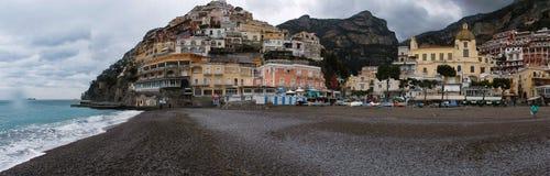 Positano - överblick av den stora stranden Arkivfoto