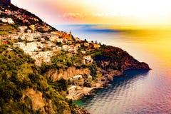 Positano, Amalfi-Küste, Kampanien, Sorrent, Italien Fantastik-Ansicht der Stadt und der Küste in einem Sommersonnenuntergang Stockfotografie