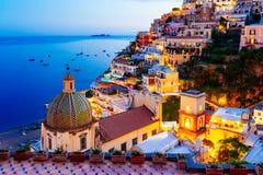 Positano, Amalfi Kust, Italië Toneelmening bij schemer stock fotografie