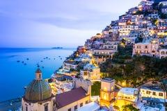 Positano, Amalfi Kust, Italië Toneelmening bij schemer stock foto's