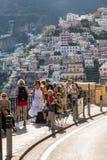 Positano coloré, le bijou de la côte d'Amalfi, avec ses maisons et bâtiments multicolores étés perché sur une grande négligence d Images stock
