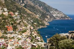 Positano coloré, le bijou de la côte d'Amalfi, avec ses maisons et bâtiments multicolores étés perché sur une grande négligence d Images libres de droits