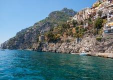 Positano coloré, le bijou de la côte d'Amalfi, avec ses maisons et bâtiments multicolores étés perché sur une grande négligence d Photos stock