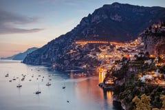 Positano door straatlantaarns wordt aangestoken die Royalty-vrije Stock Foto's