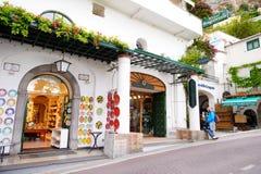 POSITANO, ITÁLIA - 28 DE MAIO DE 2015: Rua estreita medieval típica na cidade bonita de Positano Fotografia de Stock Royalty Free
