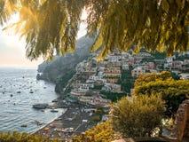 Positano, Itália, o 6 de setembro de 2018: Praias e arquitetura da cidade idílico em Positano fotografia de stock