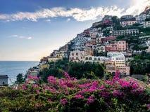 Positano, Itália, o 6 de setembro de 2018: Praias e arquitetura da cidade idílico em Positano imagens de stock