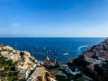 Positano, Itália, o 6 de setembro de 2018: Praias e arquitetura da cidade idílico em Positano imagem de stock royalty free