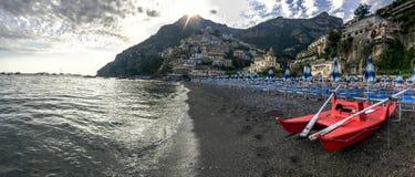 Positano, Italia, il 6 settembre 2018: Spiagge idilliache e paesaggio urbano in Positano fotografia stock
