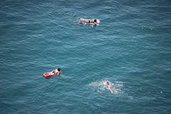Positano, Italia (materassino gonfiabile che si abbronza sopra il mare) Fotografia Stock