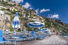 Positano, Italia - playa con los paraguas, costa de Amalfi, concepto de las vacaciones imagen de archivo libre de regalías
