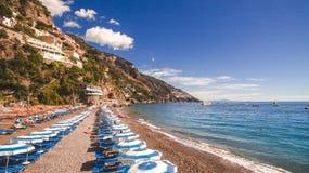 Positano, Italia - playa con los paraguas, costa de Amalfi, concepto de las vacaciones, mar, espacio de la copia, fondo del viaje imagenes de archivo