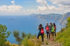 Positano ITALIEN - JUNI 01: Turister som tar bilder på den Amalfi kusten på Positano, Italien på Juni 01, 2016 Royaltyfri Fotografi