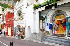POSITANO, ITALIEN - 28. MAI 2015: Typische mittelalterliche schmale Straße in der schönen Stadt von Positano Lizenzfreies Stockbild