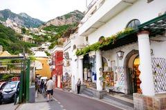 POSITANO, ITALIEN - 28. MAI 2015: Typische mittelalterliche schmale Straße in der schönen Stadt von Positano Stockbilder