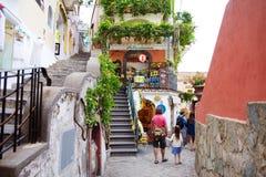 POSITANO, ITALIEN - 28. MAI 2015: Typische mittelalterliche schmale Straße in der schönen Stadt von Positano Stockbild
