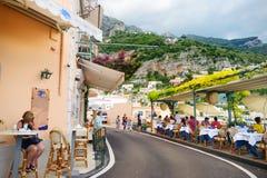 POSITANO, ITALIEN - 28. MAI 2015: Typische mittelalterliche schmale Straße in der schönen Stadt von Positano Stockfotos