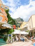 Positano Italien - September 11, 2015: Folket som vilar på Positano - härlig medelhavs- by på den Amalfi kusten Royaltyfri Fotografi