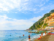 Positano Italien - September 11, 2015: Folket som vilar på Positano, Italien längs den bedöva Amalfi kusten Arkivbild