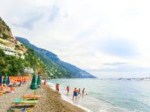 Positano Italien - September 11, 2015: Folket som vilar på Positano, Italien längs den bedöva Amalfi kusten Royaltyfri Bild