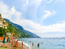 Positano Italien - September 11, 2015: Folket som vilar på Positano, Italien längs den bedöva Amalfi kusten Royaltyfria Bilder