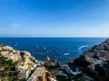 Positano Italien, September 6, 2018: Idylliska stränder och cityscape i Positano royaltyfri bild