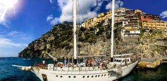 Positano, Italien, am 6. September 2018: Szenische Ansicht von einem segelnden yatch der Küste von Positano stockfotos