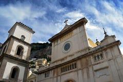 Positano kyrkaframdel från plaza med himmel Royaltyfri Foto