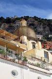 Positano kyrkakupol och kullar Royaltyfri Fotografi