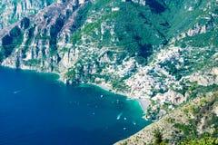 Positano med stranden och husen som lokaliseras på, vaggar, den Amalfi kusten, Italien arkivbilder