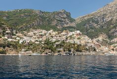 Positano som ses från havet på den Amalfi kusten i regioncampaniaen, Royaltyfria Foton