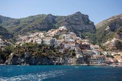Positano som ses från havet på den Amalfi kusten i regioncampaniaen, Arkivbilder